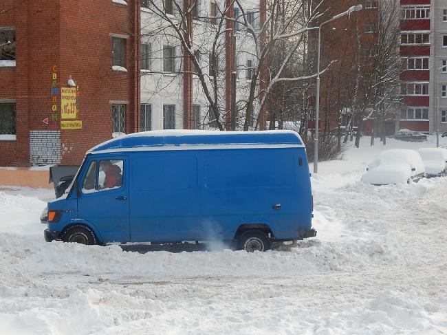На улице Гончарной застряла машина. Фото Евгения Москвина