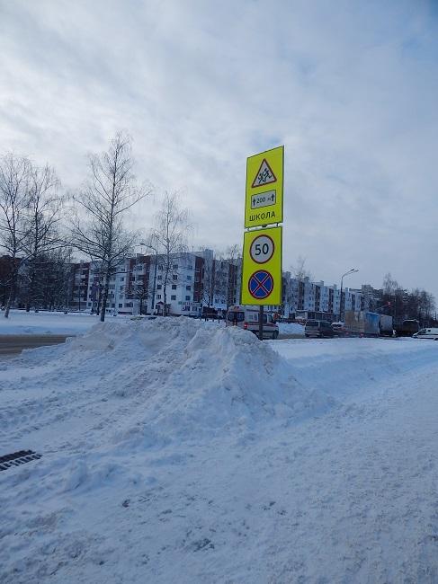 Поворот с Московского проспекта на улицу Офицерскую. Снег начали чистить только днем. Фото Евгения Москвина