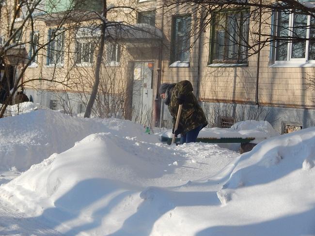 Мастера стараются за дворников. Улица Максима Горького