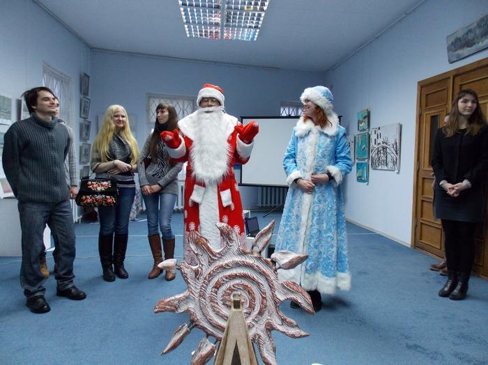 Дед Мороз и Снегурочка приветствуют гостей и участников выставки