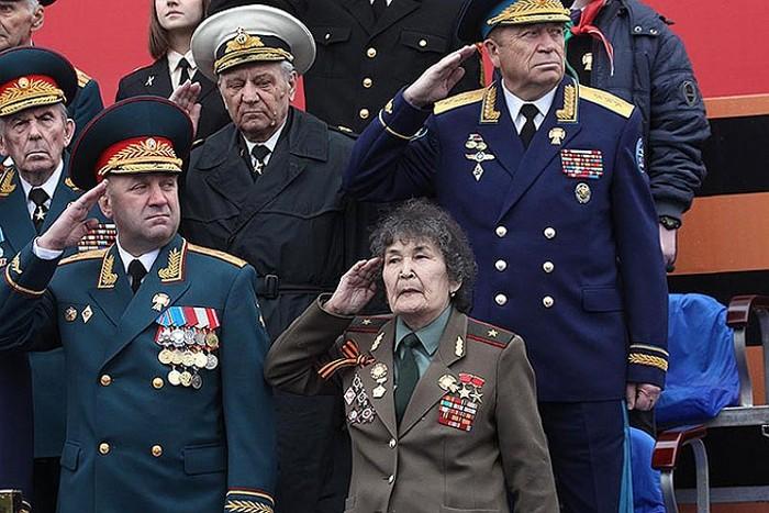 Игорь Сергун (в первом ряду слева) и ряженая авантюристка. Источник: kp.ru