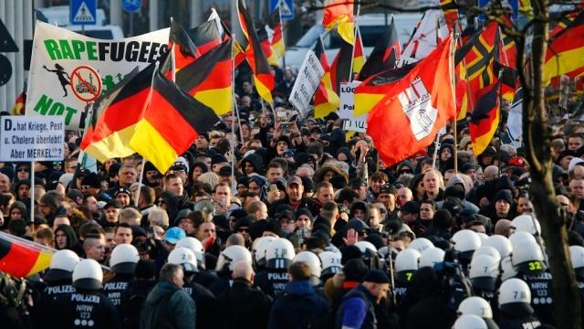 Протест коренных жителей Германии против беспредела исламистски настроенных мигрантов и беженцев. Источник: ntv.ru