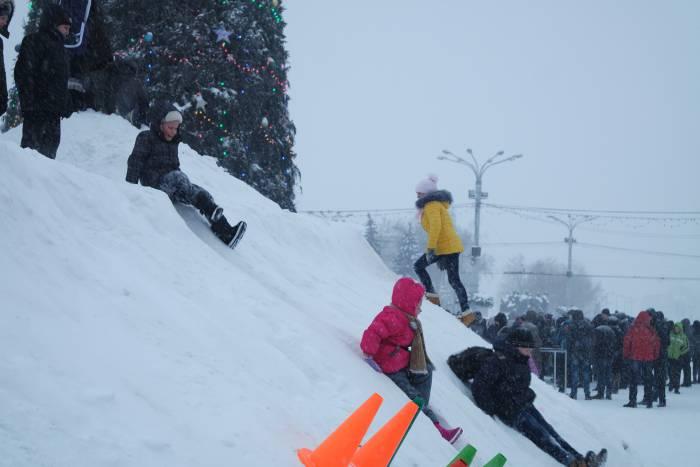 Благодаря циклону на площади соорудили огромные горы снега