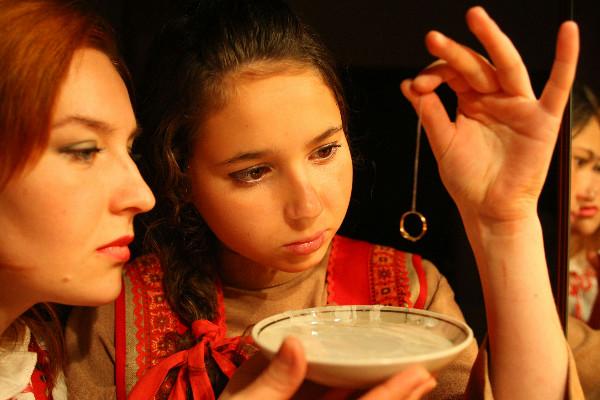 О будущем женихе расскажет колечко. Источник: liveinternet.ru