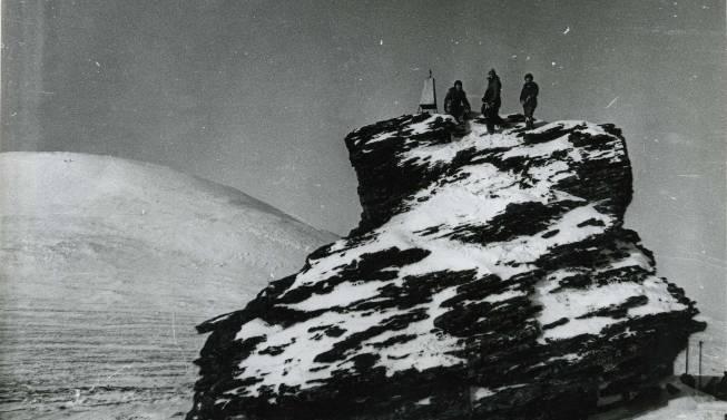 Гора Холатчахль и обелиск на останце. Источник: mountain.ru