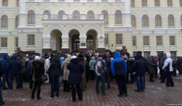 Собрание индивидуальных предпринимателей у здания Витебского облисполкома. Фото: svaboda.org
