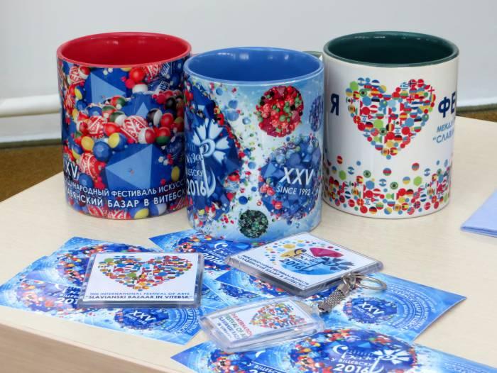 Сувенирная продукция юбилейного фестиваля. Фото: Аля Покровская