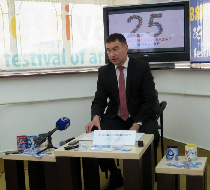 Александр Петрович рассказывает о программе фестиваля. Фото: Аля Покровская