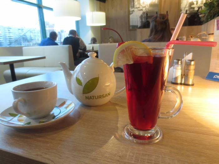Вишнёво-клубничный чай, напоминающий коктейль. Фото: Аля Покровская