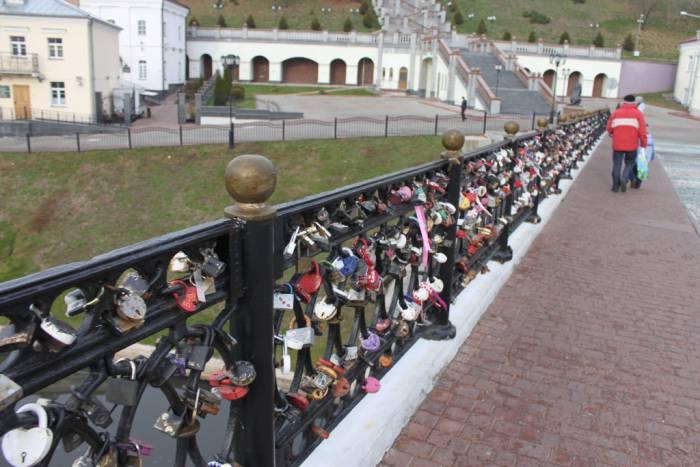 Пушкинский мост особенно популярен среди молодоженов. Фото Саши Май