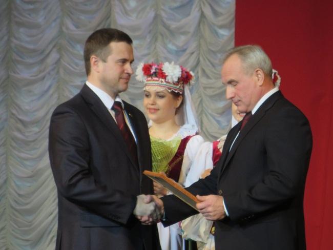 Сергея Реентовича благодарят за работу. Фото Али Покровской