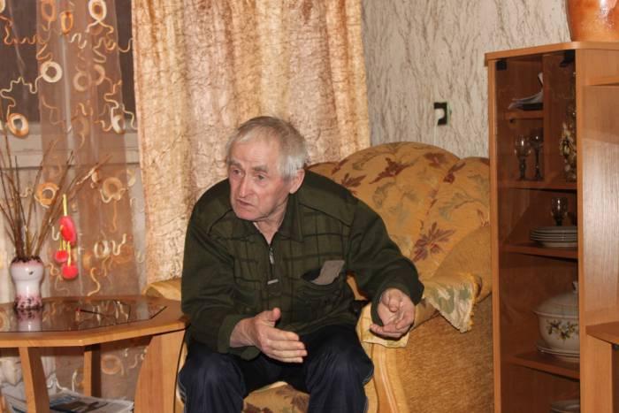 Виктор Иванович тоже не понимает, почему им не отдают малышку. Фото Саши Май
