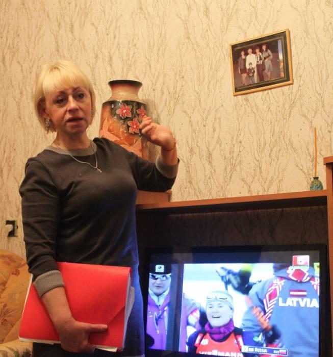Наталья показывает семейные фото. Фото Саши Май