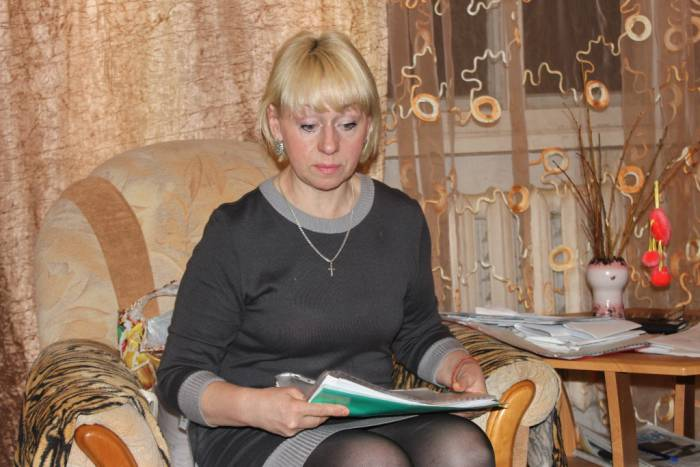 Наталья Овчинникова со слезами рассказывает о своей внучке. Фото Саши Май