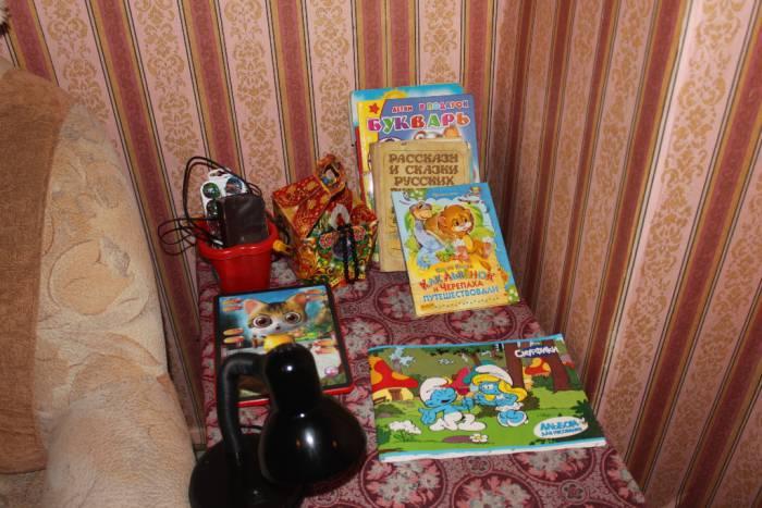 книги, столик
