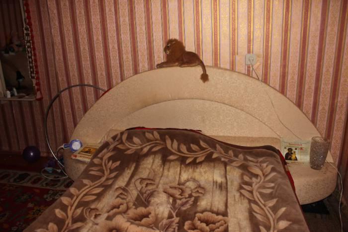 Возле кровати бабушки иконы и спортивный инвентарь. Фото Саши Май