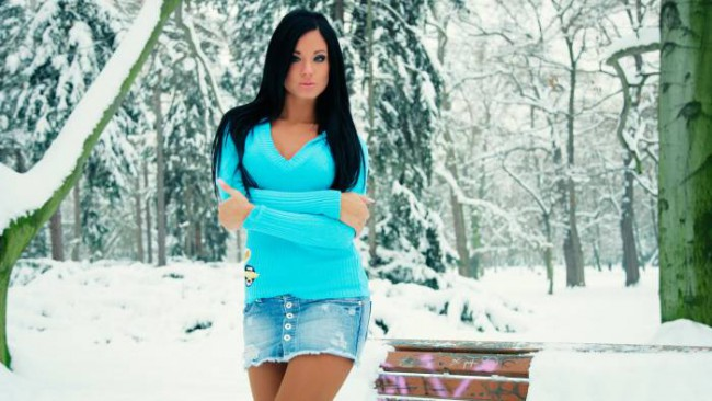девушка в мини юбке, зима, легко одетая девушка