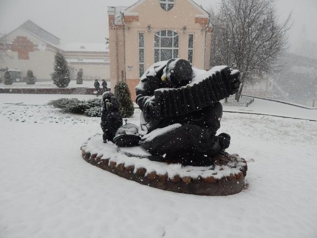 памятник клоуну с собачкой, Иван Казак, Музыкальная гостиная