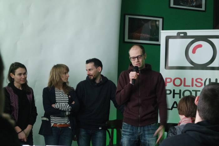 Ведущий вместе с участниками проекта. Фото Анастасии Вереск