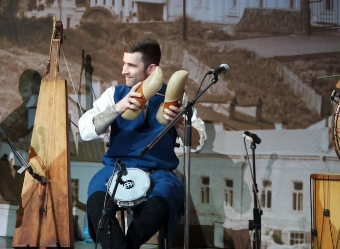 Сяргей Тапчэўскі грае на драўляных тапках. Фота Анастасіі Верас.