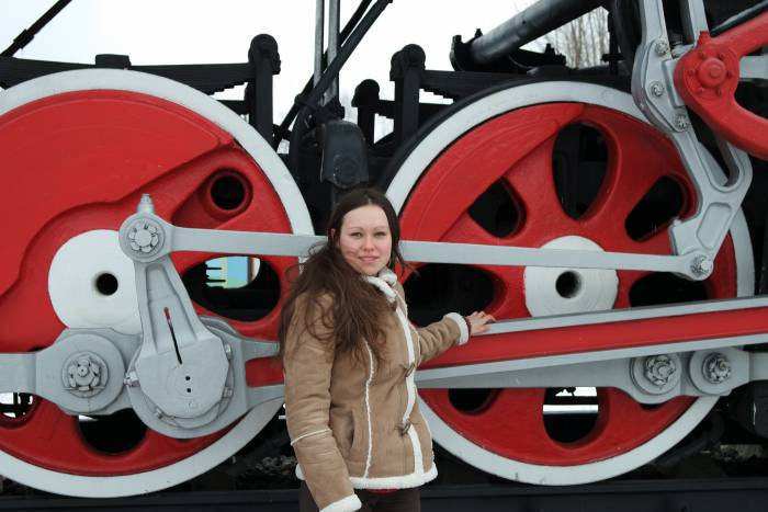 Размеры паровоза впечатляют. По сравнению со мной его колеса просто огромны. Фото Владимира Боркова