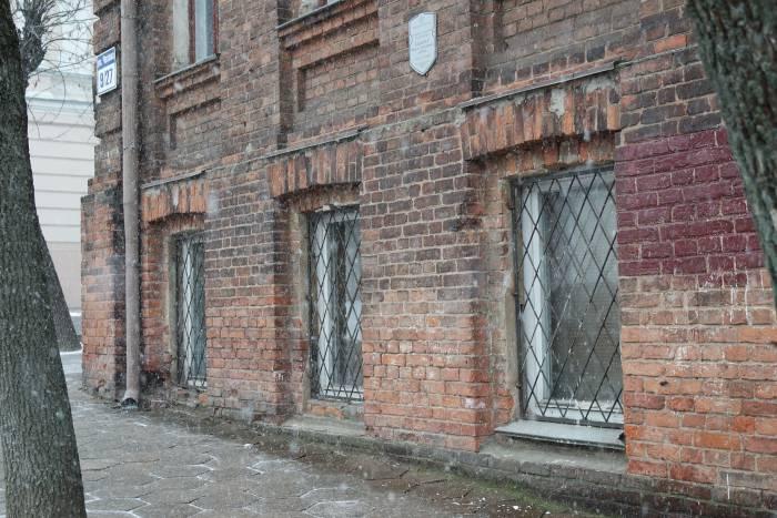 Мастер называл свое жилище подвалом. Согласно описанию в книге, низко расположенные окна позволяли увидеть только ноги проходящего мимо. Фото Анастасии Вереск