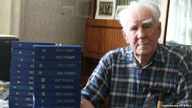 Нил Гилевич со своим 23-томным собранием сочинений. Фото belaruspartisan.org