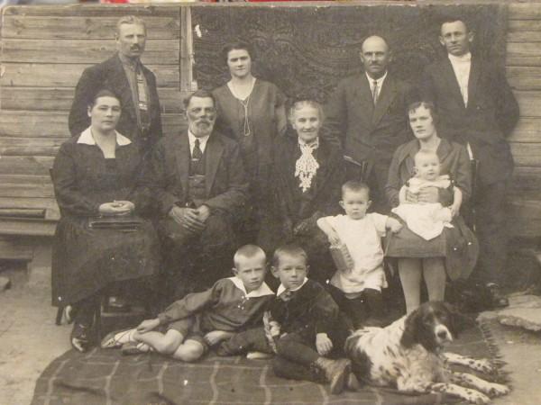 Семейная фотография конца 1920-х начала 1930-х годов. Источник: kamienski-rola.livejournal.com