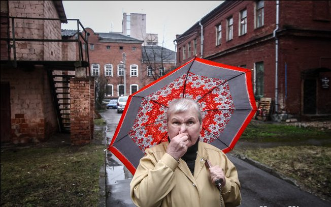 Женщина с зонтиком во дворе по улице Комсомольской. Фото Сергей Гудилин. nn.by