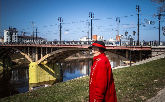 Женщина во время прогулки возле Кировского моста. Фото Сергей Гудилин. nn.by