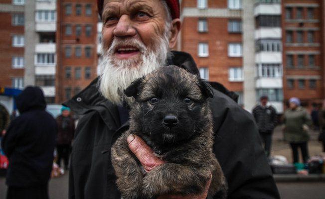 Мужчина продает щенка. Фото Сергей Гудилин. nn.by
