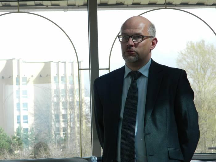 Александр Григорьев рассказывает о секретах «Кукольного квартала». Фото: Катерина Соль