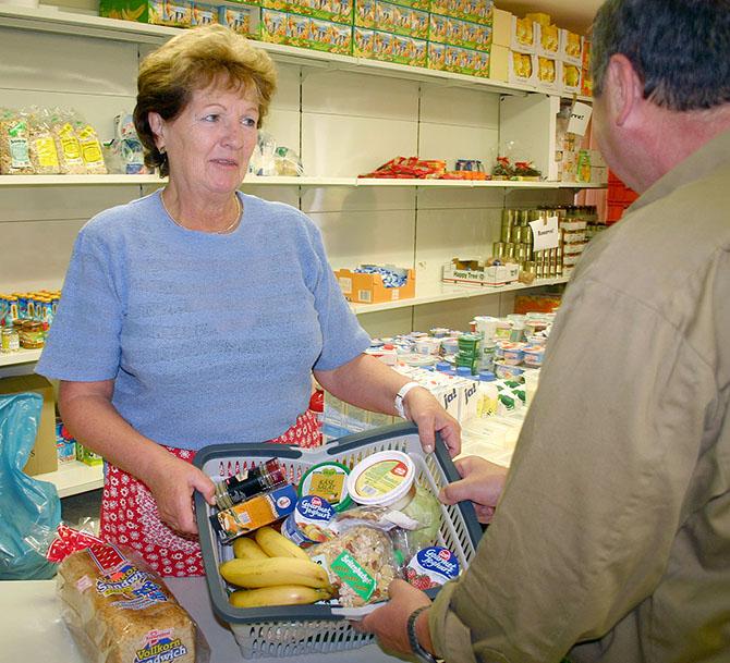 Раздача еды в Зальцунге (Германия). Все эти продукты поставляются из магазинов. Фото vgil.ru