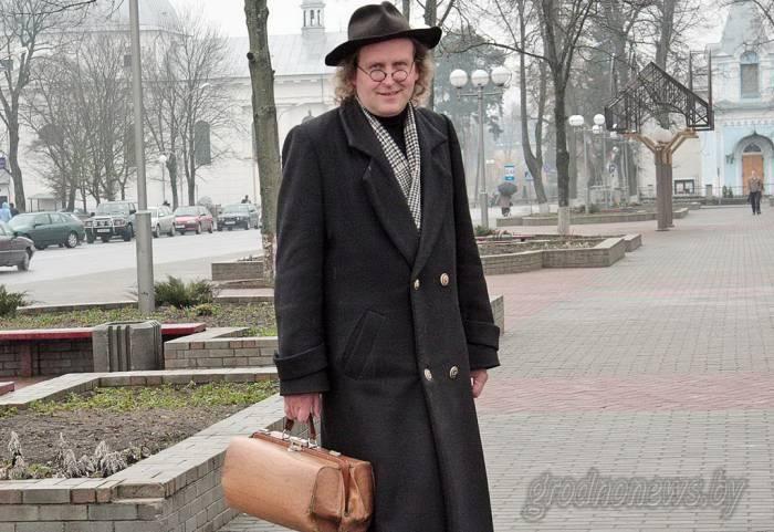Этого человека в круглых очках и шляпе, с неизменным чемоданчиком, в Беларуси, верно, узнает каждый. Фото grodnonews.by