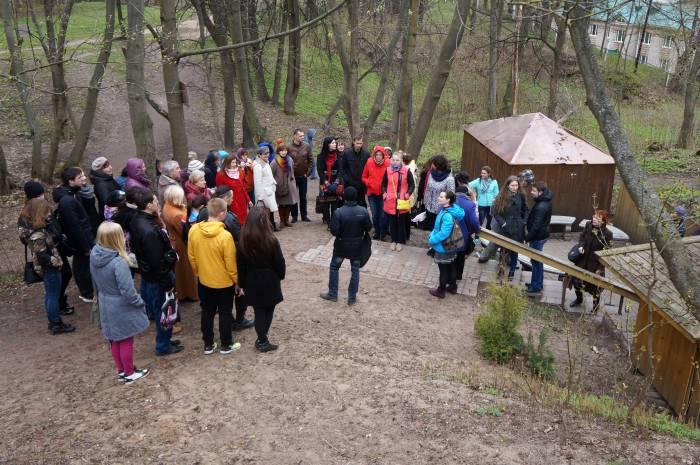 Экскурсанты могли набрать воды в Свято-Георгиевском роднике. Фото Алена Евдокимова