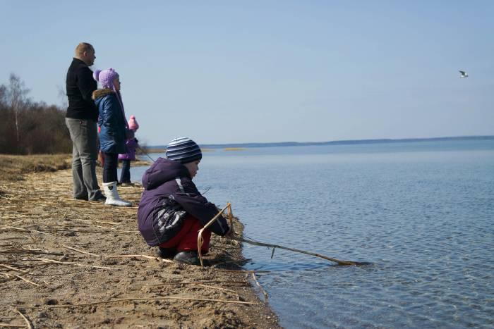 ... играть у воды. Фото Анастасии Вереск