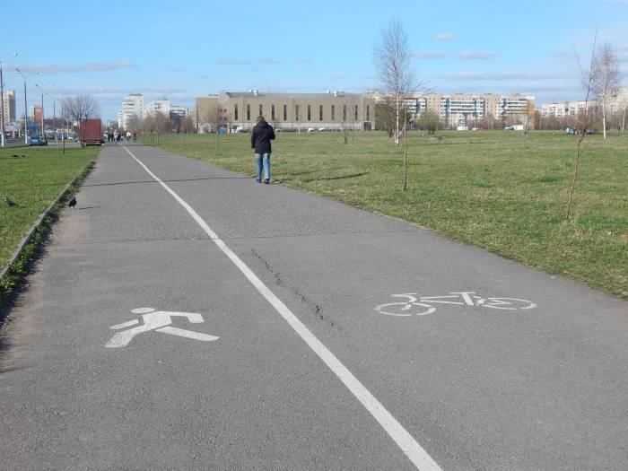 И для пешеходов, и для велосипедистов найдется свой путь. Фото Евгении Москвиной