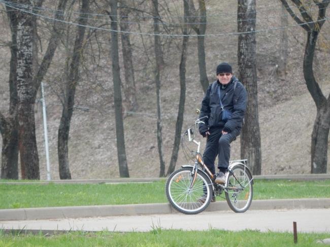 велосипедист, набережная витьбы. велопрокат в Витебске