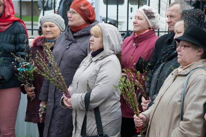В этот день люди несут с собой вербы для благословения. Фото Анастасии Вереск