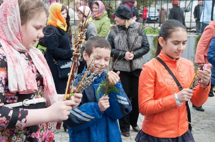 Дети спешат в храм со свечками. Фото Анастасии Вереск
