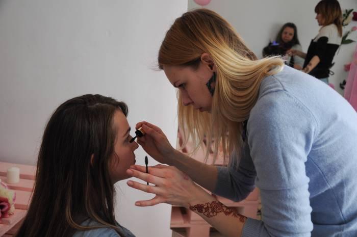 Экспресс-макияж в процессе. Фото Анастасии Вереск