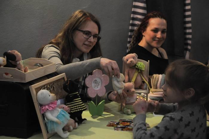 Милые игрушки в центре внимания у детей. Фото Анастасии Вереск