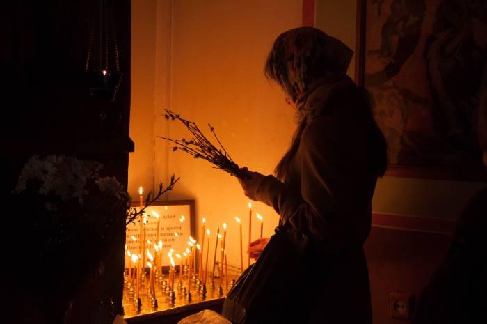Во время службы люди молятся за своих близких и ставят свечи. Фото Анастасии Вереск