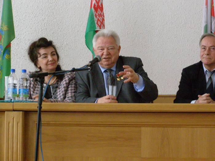 Георгий Михайлович Гречко выступает на встрече с жителями Чашник в 2011 году. Рядом сидит жена космонавта. Фото Ирины Торбиной