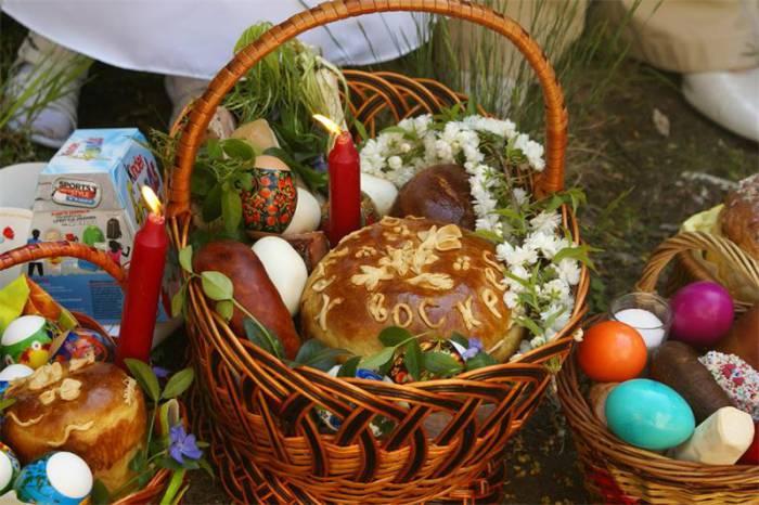 В пасхальной корзинке обязательно должен быть кулич и крашенные яйца. Фото vorotila.ru