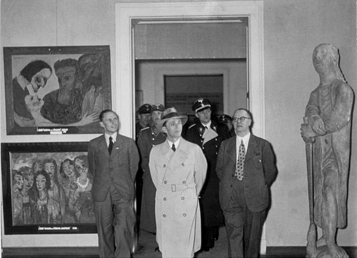 """Посещение Йозефом Геббельсом выставки """"дегенеративного искусства"""", 1937 г. Источник: ru.wikipedia.org"""