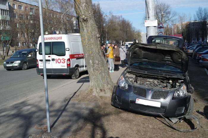 Рядом находится остановка общественного транспорта. К счастью, никто из пешеходов не пострадал. Фото Владимир Борков