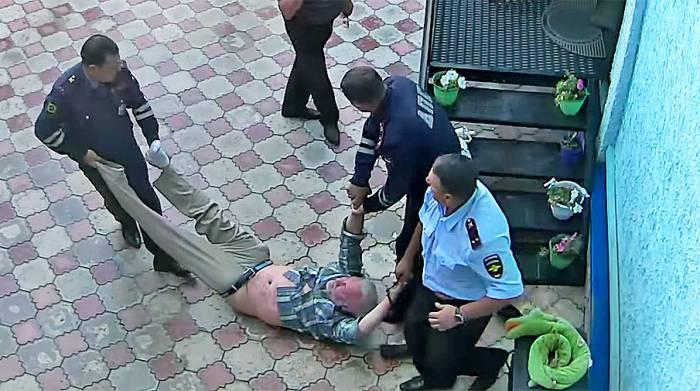 милиция выводит пьяного