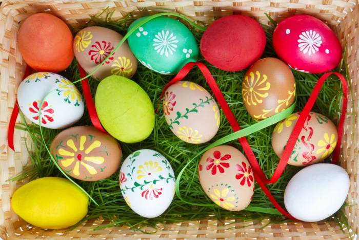 Сегодня яйца красят не только шелухой лука. Фото kapushka.ru