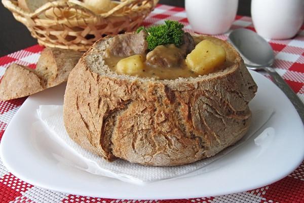Recept cheshskoy kuhni: sup-gulyash v hlebnom gorshochke